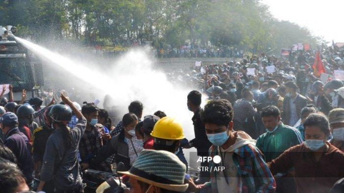 Demonstran Anti-Kudeta Militer di Myanmar Blokir Jalur Kereta Api