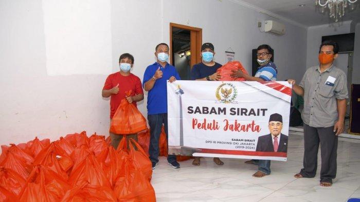 Sabam Sirait Bagikan Ribuan Paket Sembako buat Korban Banjir